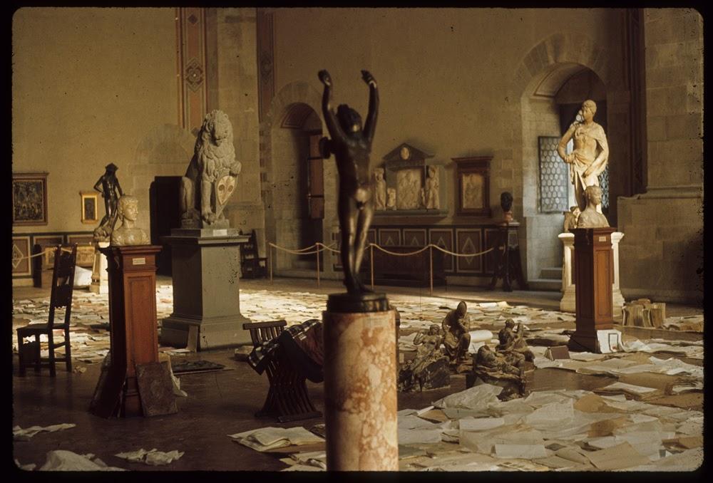 図1 1966年洪水時の国立バルジェッロ美術館の様子 『記憶を守る──破壊と再生の歴史』展 展示史料 聖エウストロジオ寺院附属美術館、2016年