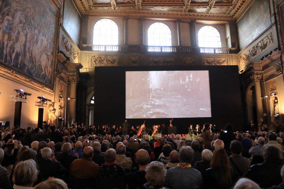図1 2016年に開催された記念式典の様子 R.it Firenze《Firenze, 50 anni fa l'alluvione: gli Angeli del Fango sono tornati in città》2016年11月4日 新聞記事