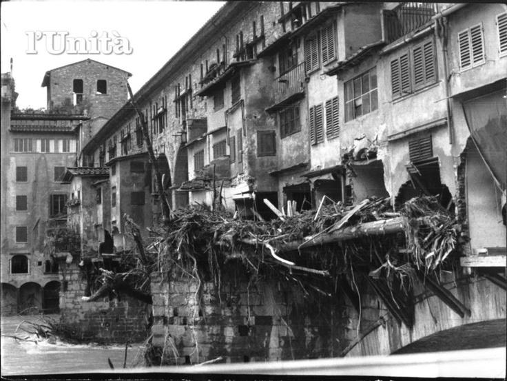 図5 洪水後、汚泥のつまったヴェッキオ橋の様子(1966年洪水アーカイヴ)